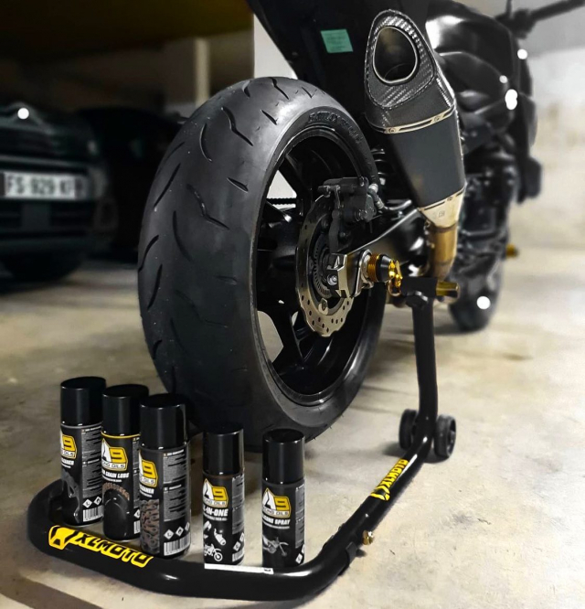 The whole gang is here! 🙌🏼 And they'll help you to keep your bike as good as new ✨  Cred: @biker_poutou #A9 #a9oils #brakecleaner #chainlube #maintanance #garagelife #XLMOTO