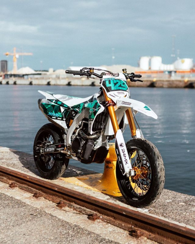Check out @skoovby ,s new whip🤩everyone drop a 🔥 if you're liking what you see! Swipe ➡️... 📷| @felkaan  #24MX  #newbuild  #bilngbling  #stuntriding  #supermoto  #rideordie