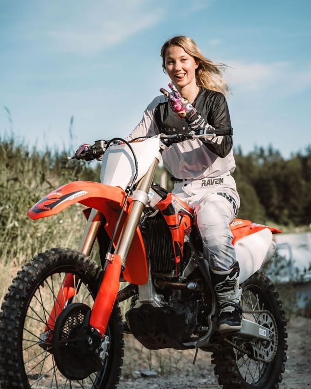 Do what you love and the rest will follow ❤️ [ @nattis288 ] 📷  @hanna.c.johansson  #24mx  #motoX  #passion  #race  #moto  #racer  #crf  #ravensportsofficial