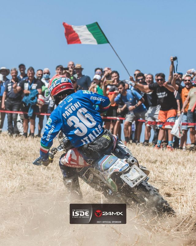 Will this be Italy's year? I Tifosi think so… @matteo.pavoni98 ripping it at the @fim_isde  📷  @duffie808  #24mx #enduro #isde