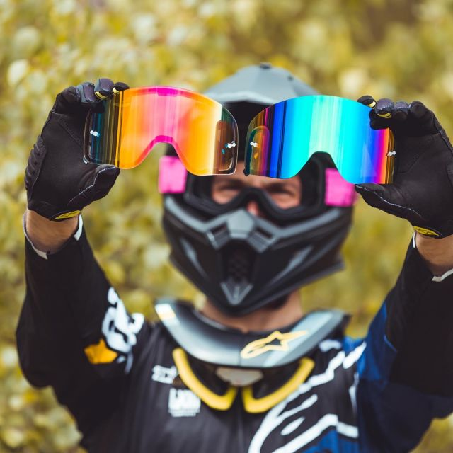 The Raven Edge Magnetic goggles have been created to make your life much easier. You can easily change the lenses very quick in case the weather conditions suddenly change.   Which one would you choose right now!?  Left or right?   Check all the available models at 24MX website! 🤟🏼  #24mx #ravensportsofficial #ravenmagnetic  #ravengoggles #mxgear #mx4fun #motocrosslife