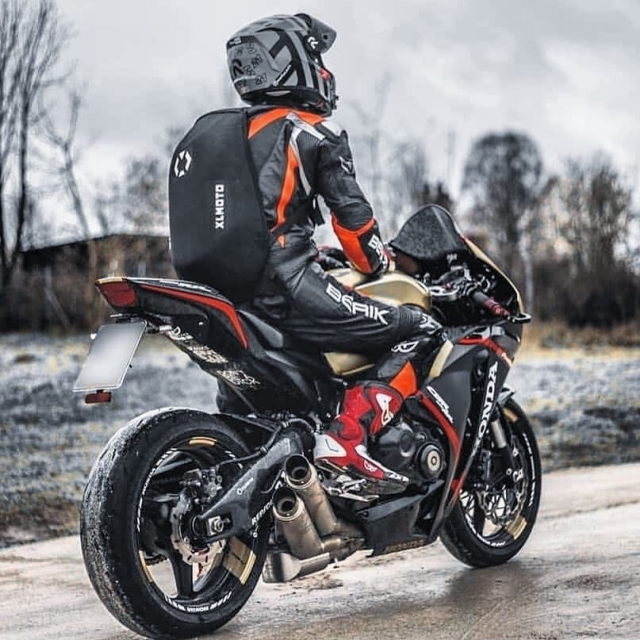 Waterproofed for all types of weather 💪🏼 Cred: @markus.sc59 Photo: @bbast7 #xlmoto #xlmotobackpack #slipstream #course #coursebackpack
