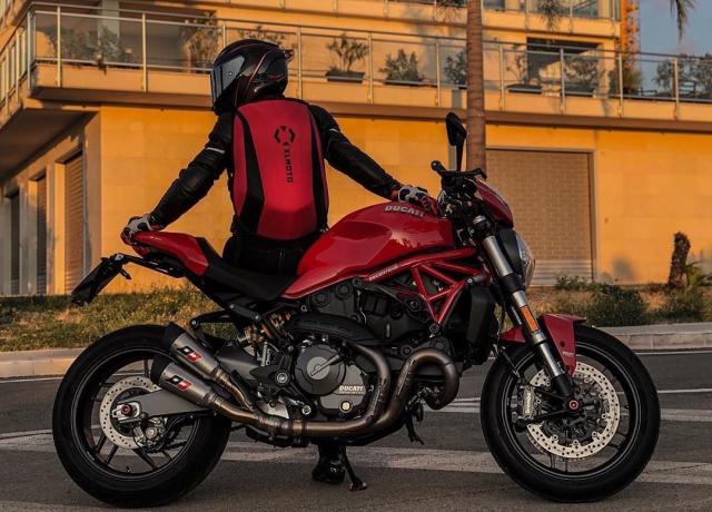 Ruby red aka bad ass red 🔥 . . Cred: @desmowoman_ #xlmoto #xlmotobackpack #slipstream #course #coursebackpack #motorcyclebackpack #ridefree #motolife #bikelife